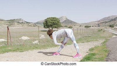 vrouwlijk, stretching, gedurende, workout, op, natuur