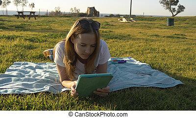 vrouwlijk, tablet, park, horizon, gebruik, zee
