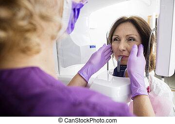 vrouwlijk, tandarts, aanpassen, patiënt, gezicht op, xray, machine