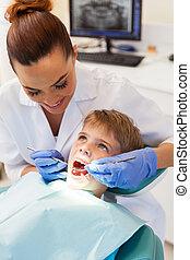 vrouwlijk, tandarts, het onderzoeken, weinig; niet zo(veel), patiënt