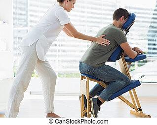 vrouwlijk, therapist, masserende handen, man, in, ziekenhuis