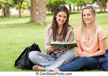 vrouwlijk, tieners, schoolboek, zittende
