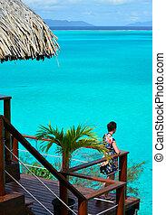 vrouwlijk, toerist, op, de, balkon, van, een, overwater, bungalow