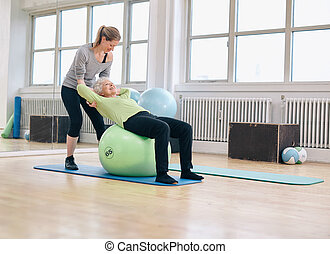 vrouwlijk, trainer, portie, oude vrouw, het uitoefenen, in, gym