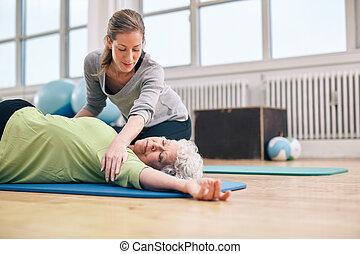 vrouwlijk, trainer, portie, ouder, vrouw, in, stretching