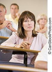 vrouwlijk, universiteit, het luisteren, volwassen student, lezing