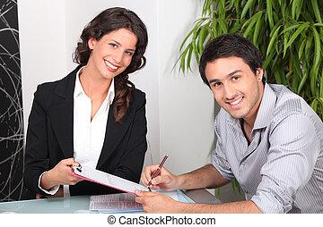 vrouwlijk, vastgoed agent, en, jonge man, kopend huis