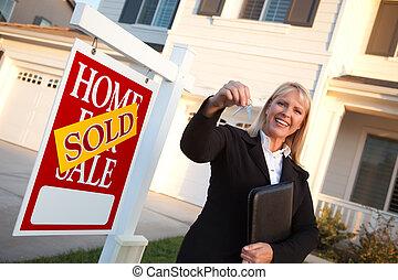 vrouwlijk, vastgoed agent, het overhandigen, de, huis stemt