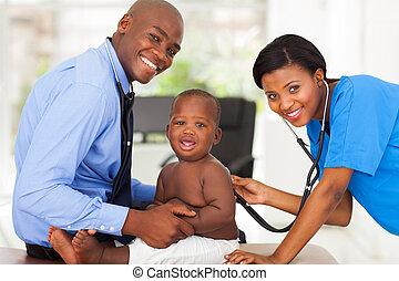 vrouwlijk, verpleegkundige, het onderzoeken, jongetje, met, mannelijke arts