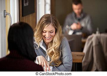 vrouwlijk, vrienden, het hebben van koffie, op, koffiehuis