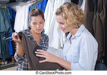 vrouwlijk, vrienden, kopende kleren, in, een, winkel
