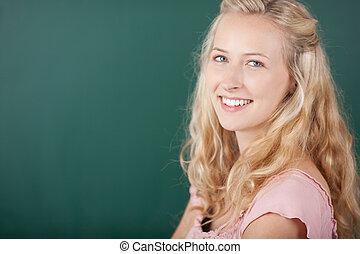 vrouwlijk, vrolijke , chalkboard, tegen, leraar