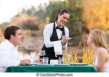 vrouwlijk, waitress, het nemen van orde, van, jong paar