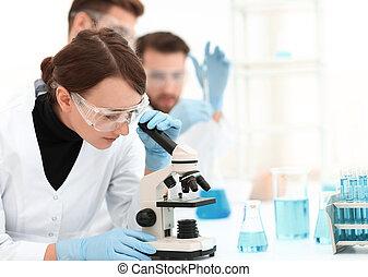 vrouwlijk, wetenschappers, het onderzoeken, een, microscoop