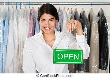 vrouwlijk, winkel, eigenaar, met, open teken, plank