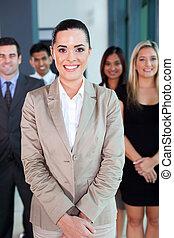 vrouwlijk, zakelijk, leider, met, team, op achtergrond