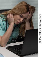 vrouwtje arts, gebruikende laptop