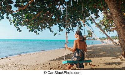vue, balançoire, plage tropicale, heureux, pieds nue, dos, girl