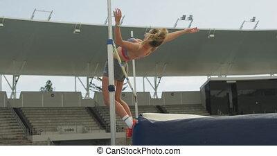 vue côté, athlète, caucasien, saut en hauteur