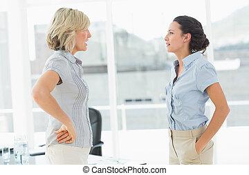 vue côté, de, deux, femmes affaires, combat
