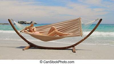 vue côté, hamac, délassant, caucasien, plage, femme, 4k