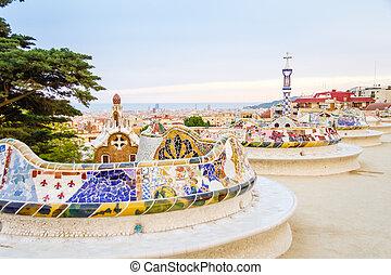 vue, de, coloré, céramique, mosaïque, banc, de, parc, guell, conçu, par, antonio gaudi, dans, barcelone, espagne