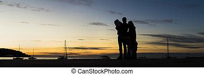 vue, dehors, étreindre, coucher soleil, regarder, famille, silhouetted, arrière