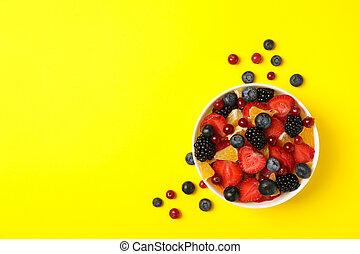 vue dessus, fond, bol, jaune, salade fruits, frais
