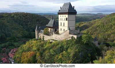 vue, fond, prague, contre, colline, gothique, tchèque, grand, château karlstejn, sommet, village, aérien