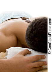 vue frontale, de, homme couchant, pour, traitement station thermale