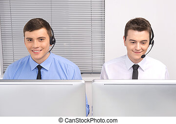 vue frontale, de, service clientèle, employé, à, écouteurs, sur, white., deux hommes, fonctionnement, dans, téléopérateur, et, sourire