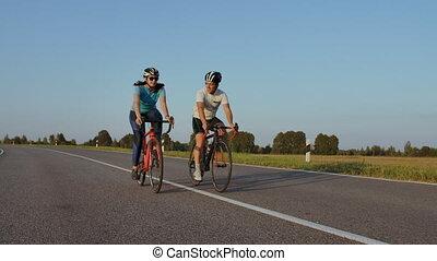 vue, gens, leur, ville, ou, concept., amis, parc, couple, loisir, jeune, summertime., devant, boulevard, style de vie, vélos, équitation
