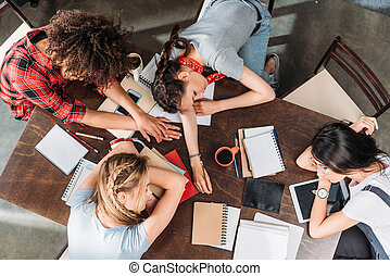 vue haut, de, fatigué, jeune, étudiants, dormir, sur, table, à, portables, et, numérique, appareils