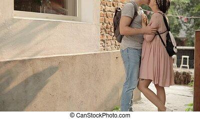 vue., jeune, côté, femme, baisers, maison, rue, homme, couple