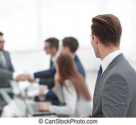 vue., lieu travail, homme affaires, arrière, regarder