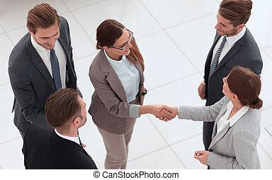 vue., meeting., avant, femmes affaires, poignée main, deux, sommet