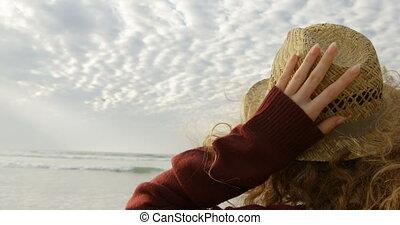 vue mer, arrière, tenue, regarder, plage, femme, blond, ...