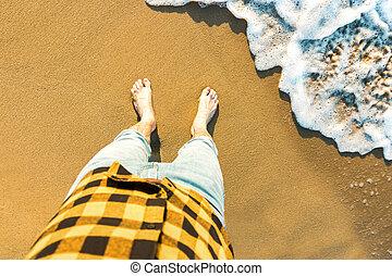 vue mer, homme, récréation, plage., jambes, concept, vacances, vague, sommet