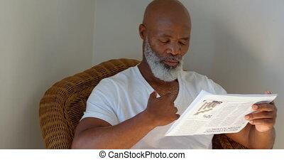 vue, noir, devant, homme, 4k, maison, mûrir, journal lecture
