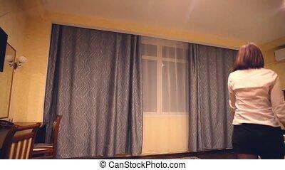 vue, salle, employé, jeune femme, rideaux, fenêtre, hôtel, ouvre, administrateur, arrière, ouverture