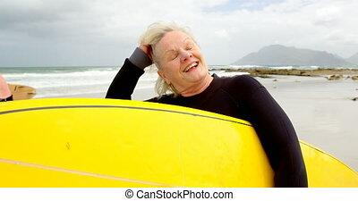vue, tenue, vieux, caucasien, plage, femme, devant, planche surf, 4k
