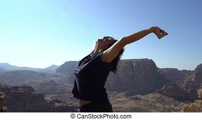 vue, tourisme, sommet, randonneur, fille femme, étirage, merveilleux, nature, délassant, debout, montagnes