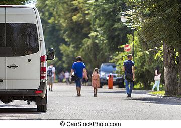 vue, ville, dos, minibus, fourgon, taille, été, blanc, garé, rue., voyante, luxe, commercial, passager