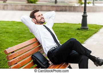 vue, yeux, sien, city., fermé, garder, séance, sommet, dehors, jeune, homme affaires, banc, derrière, espaces, quoique, tenant mains, vert, apprécier, tête, heureux