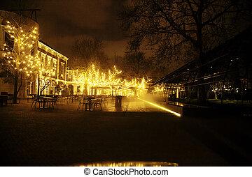 vuoto, notte, ristorante, lotto, di, tavole sedie, con, noone, magia, luci delicate, su, albero, come, celebrazione natale