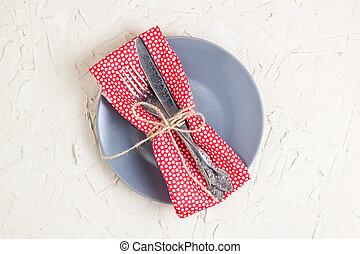vuoto, piastra, coltello, forchetta, e, tovagliolo, sopra, bianco, tavola, fondo., vista, da, cima, con, spazio copia