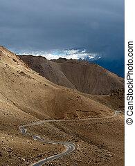 vuoto, strada rurale, andare, attraverso, himalaya, alto, paesaggio montagna, panorama, con, drammatico, nuvoloso, sky., india, ladakh