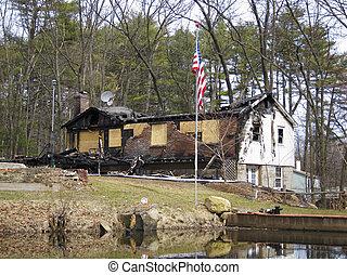 vuren huis, aangebrand