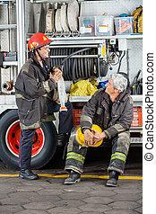 vuur, het bespreken, brandbestrijders, station, vrachtwagen