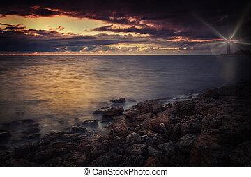 vuurtoren, op, de, seashore, op de avond, met, stralen van licht